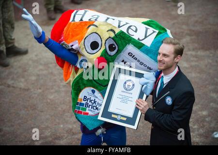The Mall, London, UK. 24th April, 2016. 2016 Virgin London Marathon, a Guinness World Record Harvey at the finish - Stock Photo