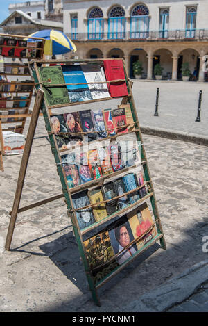 The main tourist square of Old Havana 'Plaza de Armas' hosts a daily second hand market selling books, relics and - Stock Photo