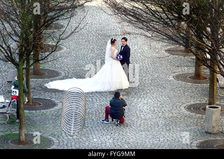 Prague, Czech Republic. Japanese models posing for a wedding shoot in Na Kampe, seen frrom Charles Bridge - Stock Photo