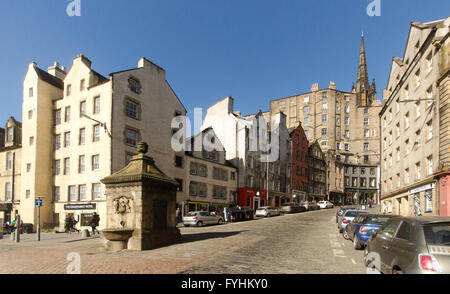 Looking up the steep cobbled Victoria Street to the Old Town on the hill from the Grassmarket on a sunny day. - Stock Photo