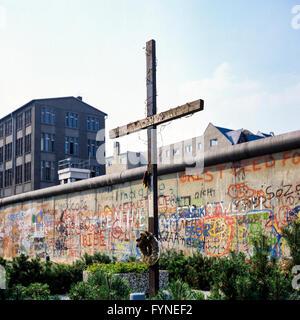 August 1986, Peter Fechter Memorial with cross, graffitis on the Berlin Wall, Zimmerstrasse street, Kreuzberg, West - Stock Photo