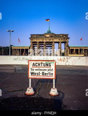 August 1986, leaving West Berlin warning sign in front of the Berlin Wall, Brandenburg Gate in East Berlin, West - Stock Photo