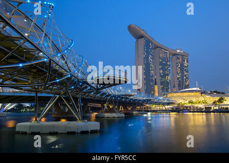 Singapur Singapore Marina Bay City Skyline bei Nacht - Stock Photo