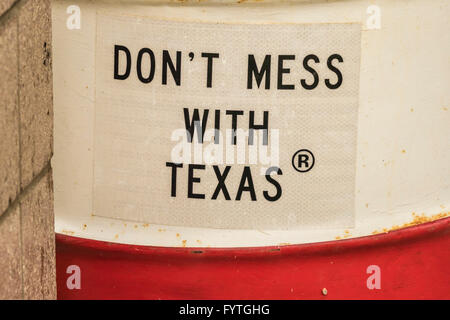 'Don't Mess with Texas' sign on litter and trash barrel. - Stock Photo