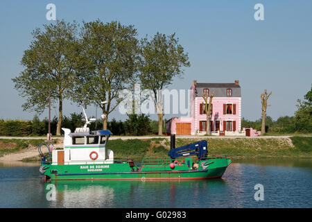 pink house on the banks of the Somme in france - Stock Photo