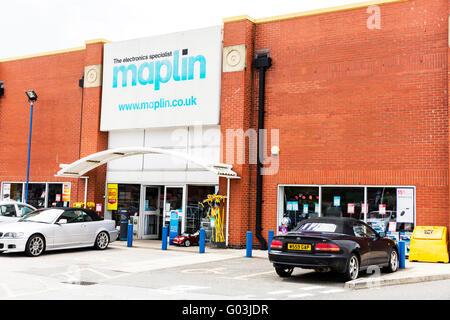 Maplin Electronics electronic shop sign name store exterior logo UK England maplins maplin's - Stock Photo