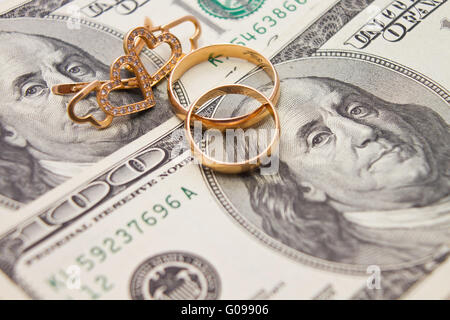 Wedding rings, gold chain and earrings in the form - Stock Photo