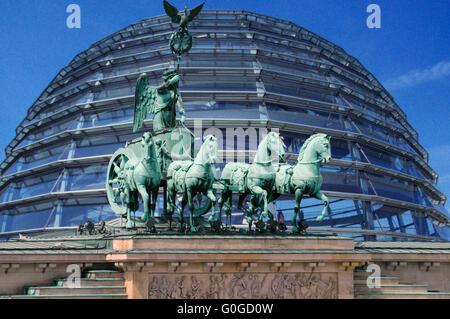 Symbolbild Berlin: die Quadriga auf dem Brandenburger Tor, im Hintergrund die Kuppel des Reichstages/ symbolic image Berlin: the