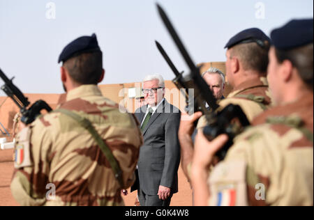 Gao, Mali. 2nd May, 2016. German Foreign Minister Frank-Walter Steinmeier (SPD, c) and French Foreign Minister Jean - Stock Photo