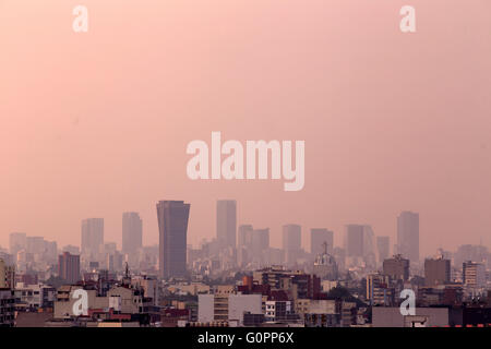 Mexico City. 3rd May, 2016. Photo taken on May 3, 2016 shows buildings shrouded in smog in Mexico City, capital - Stock Photo