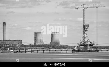 New Mersey crossing under construction with Fiddlers Ferry powers station in background - Stock Photo