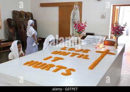 Nuns praying at the tomb of Mother Teresa at the Mother´s House of the Missionaries of Charity (Mother Teresa sisters) - Stock Photo