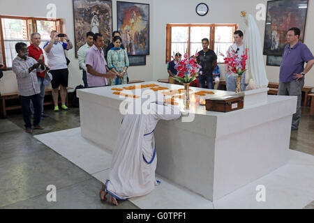 Tourists and worshipers at the tomb of Mother Teresa at the Mother´s House of the Missionaries of Charity (Mother - Stock Photo
