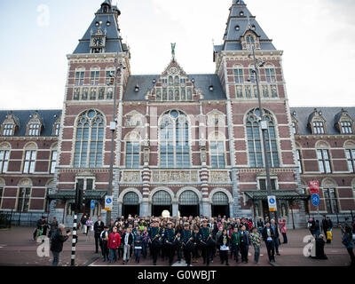Amsterdam, The Netherlands. 4th May, 2016.The mayor of Amsterdam, Eberhard van der Laan walks annually with many - Stock Photo
