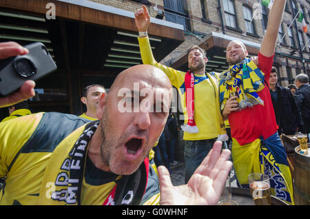 Liverpool, UK. 5th May, 2016. Fans of both Liverpool and Villareal enjoying the afternoon sunshine before the UEFA - Stock Photo