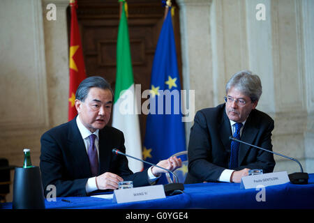 Rome. 5th May, 2016. Chinese Foreign Minister Wang Yi (L) and his Italian counterpart Paolo Gentiloni attend a joint - Stock Photo