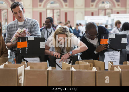 London, UK. 6 May 2016. The counting of the ballot papers for the Mayor of London and the London Assembly Elections - Stock Photo