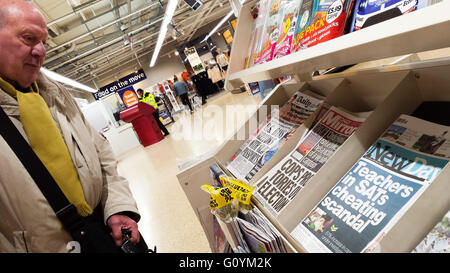 London, UK 6 May 2016 - A reader looks at the final edition of New Day newspaper 6 May 2016 Credit:  Dinendra Haria/Alamy - Stock Photo