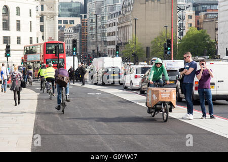 London, UK. 6th May, 2016. Two new 'segregated cycle superhighway' cycle tracks open in central London in the last - Stock Photo