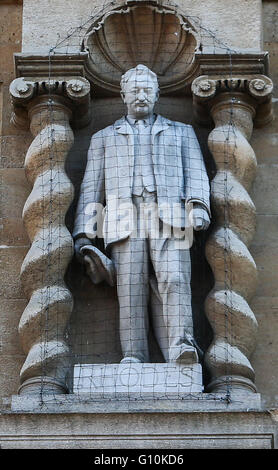 The statue of Cecil John Rhodes above the main door to Oriel College on High Street, Oxford  Featuring: Cecil John - Stock Photo