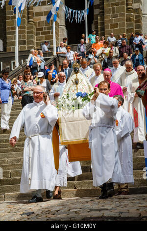 On the Feast of the Assumption pilgrims carry the Black Madonna from the Cathedral of Notre Dame, Le Puy-en-Velay, - Stock Photo