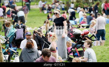 Brighton UK 7th May 2016 - People enjoy picnics in the sunshine in Pavilion Gardens Brighton today as temperatures - Stock Photo