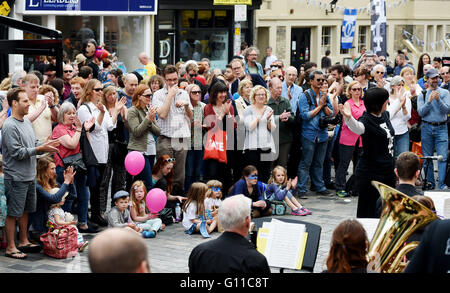 Brighton UK 7th May 2016 - Crowds applauds performers taking part in the Brighton Festival Fringe City events taking - Stock Photo