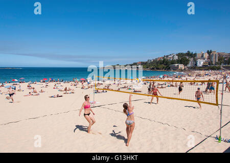 Women playing beach volleyball on Coogee Beach, Coogee, Sydney, New South Wales, Australia - Stock Photo