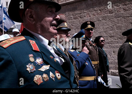 Jerusalem, Israel. 8th May, 2016. Soviet Jewish World War II veterans with medals pinned in their old uniforms take - Stock Photo