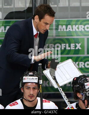 Moscow, Russia. 8th May, 2016. Switzerland's head coach Patrick Fischer instructs his players in their 2016 IIHF - Stock Photo