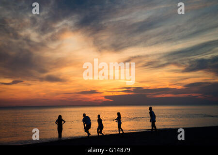 Aberystwyth Wales Uk, Sunday 08 May 2016  UK Weather :   At the end of the warmest day if the year so far, people - Stock Photo