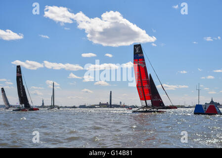 New York, USA. 8th May, 2016. Emirates Team New Zealand crosses the finish line winning the third race as Oracle - Stock Photo