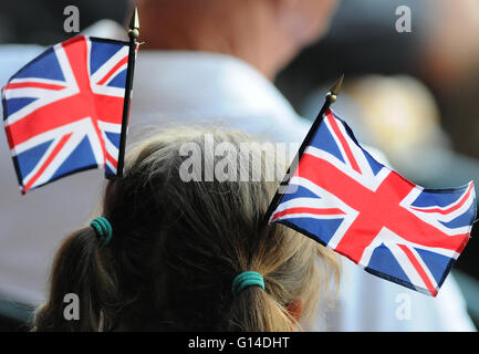 Orlando, Florida, United States. 8th May, 2016. A young girl wears two United Kingdom flags on her head as she watches - Stock Photo