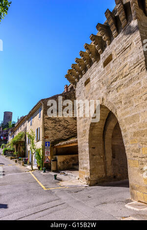 Porte médiévale Village de Cucuron Vaucluse Provence France 84 - Stock Photo