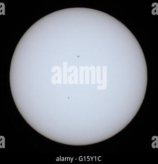 Leeds, UK. 09th May, 2016. Mercury is the closest to the centre of the sun during it's transit in an event which - Stock Photo
