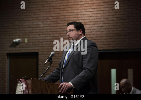 Ferguson, Missouri Mayor JAMES KNOWLES speaks to the crowd of Ferguson residents and invited guests during the ceremony to swear in the new police chief. 9th May, 2016. © Steve Pellegrino/ZUMA Wire/Alamy Live News