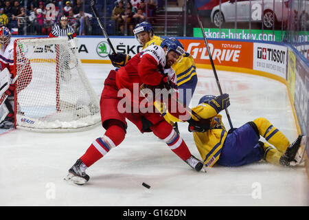 Moscow, Russia. 9th May, 2016. Michal Kempny (front L) of the Czech Republic vies with Patrick Cehlin of Sweden - Stock Photo