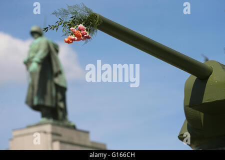 Berlin, Germany. 10th May, 2016. Flowers stuck in a tank conduit of a Russian tank of the type T-34 at the Soviet - Stock Photo