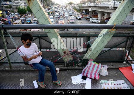 PHILIPPINES, Manila, heavy traffic in Quezon City during rush hour, street vendor on bridge selling locks / PHILIPPINEN, - Stock Photo