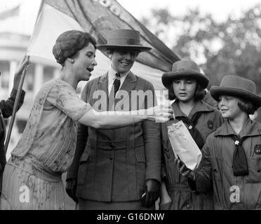 Mrs. Coolidge takes cookie from Girl Scouts. Grace Anna Goodhue Coolidge (January 3, 1879 - July 8, 1957) was the - Stock Photo