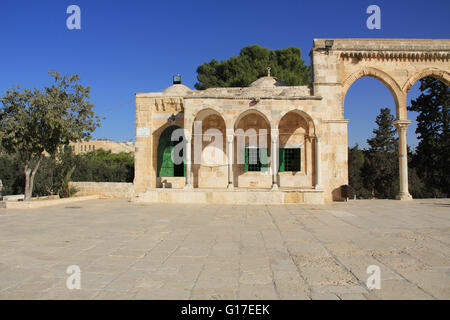 Arched colonnade and small building along the square on the Temple Mount in Jerusalem, Israel. - Stock Photo