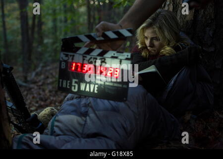 RELEASE DATE: January 22, 2016 TITLE: The 5th Wave STUDIO: Columbia Pictures DIRECTOR: J Blakeson PLOT: Four waves - Stock Photo