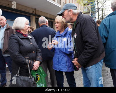 Exeter UK 11 May 2016 Brexit Battle Bus arrives in Exeter. demonstrators supporters demonstrate © Anthony Collins/Alamy - Stock Photo