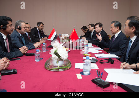 (160512) -- DOHA, May 12, 2016 (Xinhua) -- Chinese Foreign Minister Wang Yi (2nd R) meets with Yemeni Deputy Prime - Stock Photo