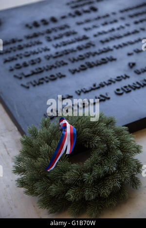 Prague, Czech Republic. 08th May, 2016. An evergreen wreath decorated with a ribbon in the Czech national colors - Stock Photo