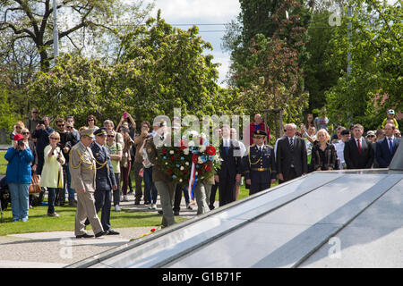 Prague, Czech Republic. 08th May, 2016. Officers of the Czech Army lay a wreath of flowers at the Memorial of the - Stock Photo