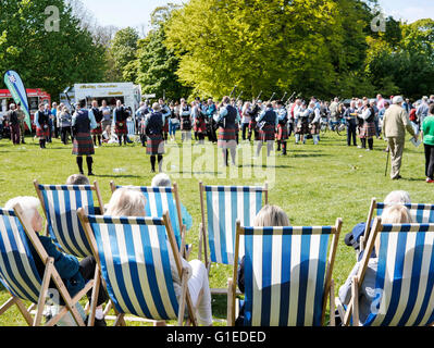 Bangor, Northern Ireland, 14th May 2016. UK weather: Spectators at a Pipe Band competition enjoy the sunshine in - Stock Photo