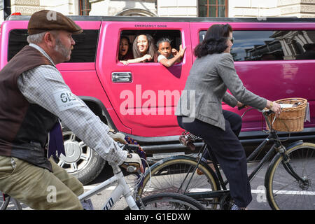 London, UK. 14th May 2016. The annual Tweed Run through central London, hundreds of cyclists dressed in tweeds make - Stock Photo