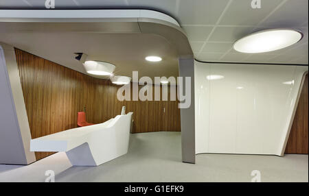 Inaugure Offices, Barcelona, Spain. Hallway with a small work space. Wood panelling lining the curved wall. - Stock Photo