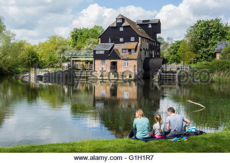 Houghton, Cambridgeshire, UK. 15 May 2016. Visitors relax in the sunshine on the bank of the River Great Ouse at - Stock Photo